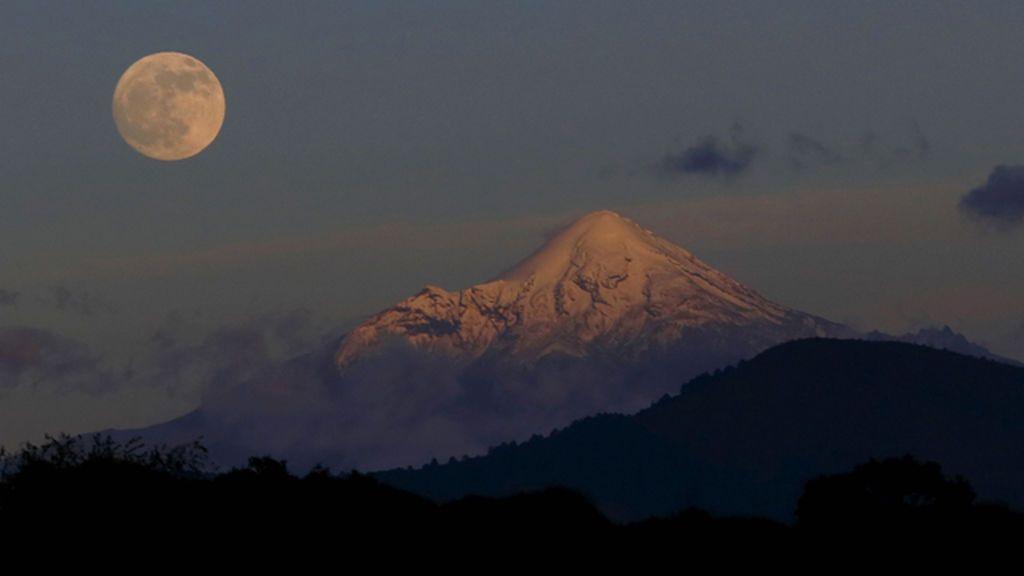 El Sol iluminará por completo la Luna llena de hoy a partir de las 20.40 horas