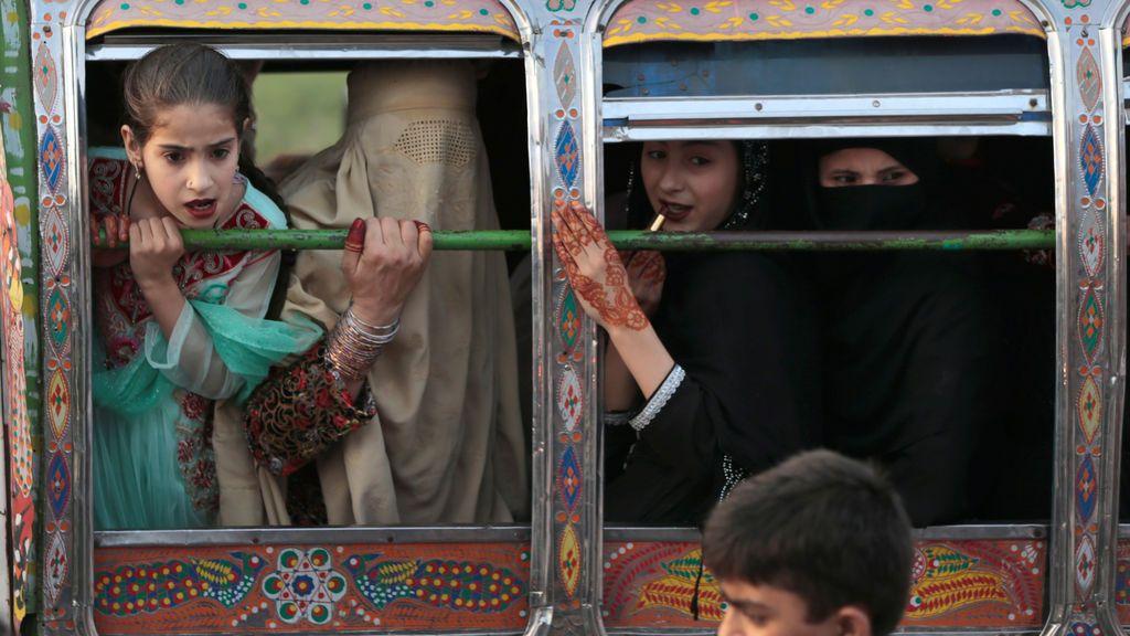 Mujeres en una furgoneta reaccionan tras un hecho sucedido en la calle