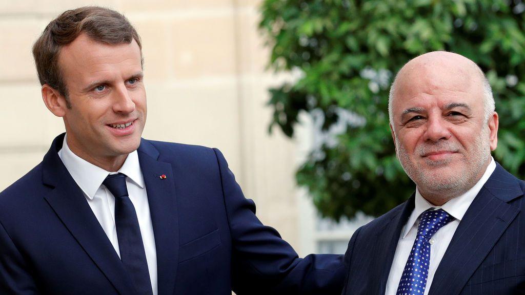 El presidente de Francia, Emmanuel Macron, da la bienvenida al primer ministro iraquí, Haider Al-Abadi
