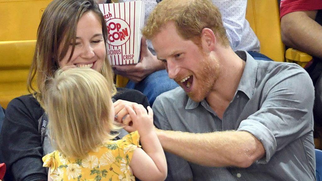 ¿Es sexista y no lo sabes derretirte cada vez que el Príncipe Harry o Beckham hacen 'cuchi cuchis' a un bebé?