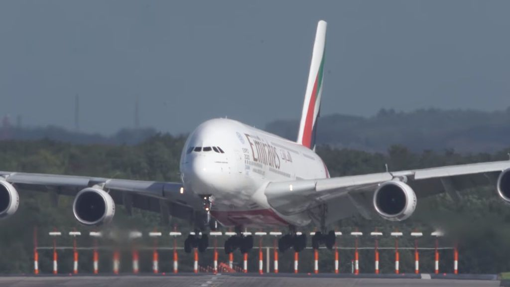 El peligroso aterrizaje del avión más grande del mundo
