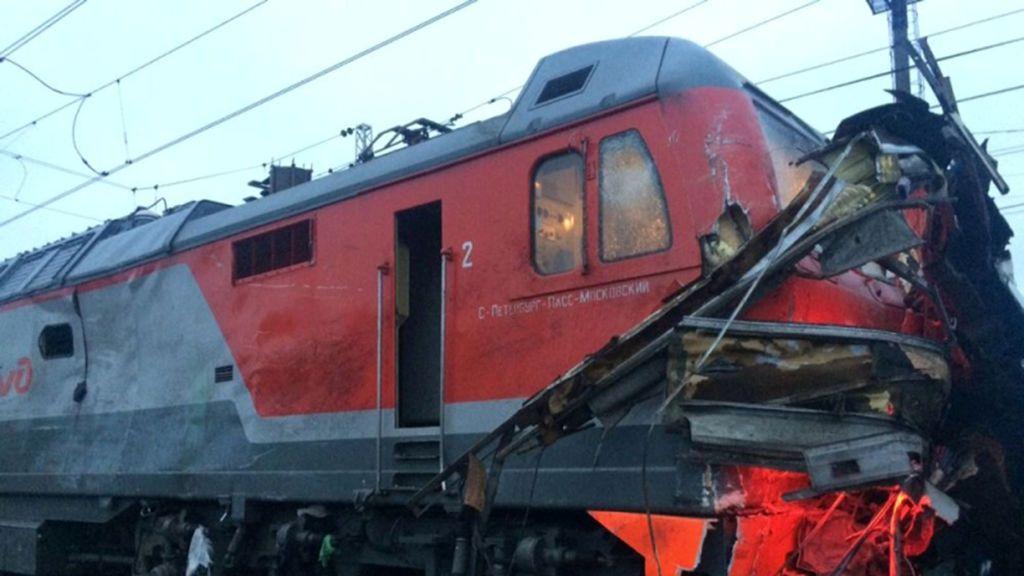 Los restos de un tren se ven después de que golpeó un autobús de pasajeros en un cruce cerca de la ciudad de Pokrov, en la región de Vladimir, Rusia
