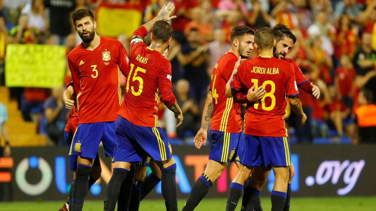 El abrazo de la Selección: el gesto de Ramos y Piqué antes de empezar el partido con La Roja