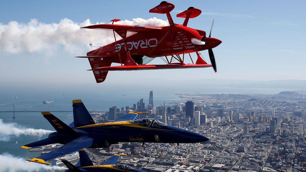 El escuadrón de la demostración del vuelo de los Blue Angels de los EEUU