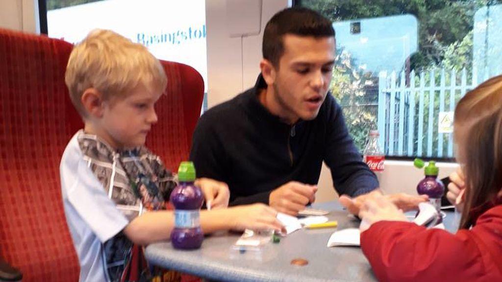 """""""Este chico es mi héroe"""": Una madre muestra su agradecimiento al joven que calmó la crisis de su hijo autista"""