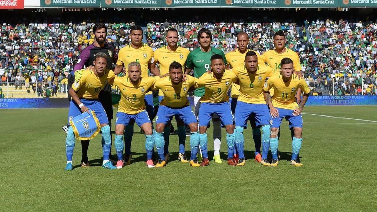 El delantero de Bolivia se hace la foto del partido posando con el once titular de… Brasil como homenaje a su padre
