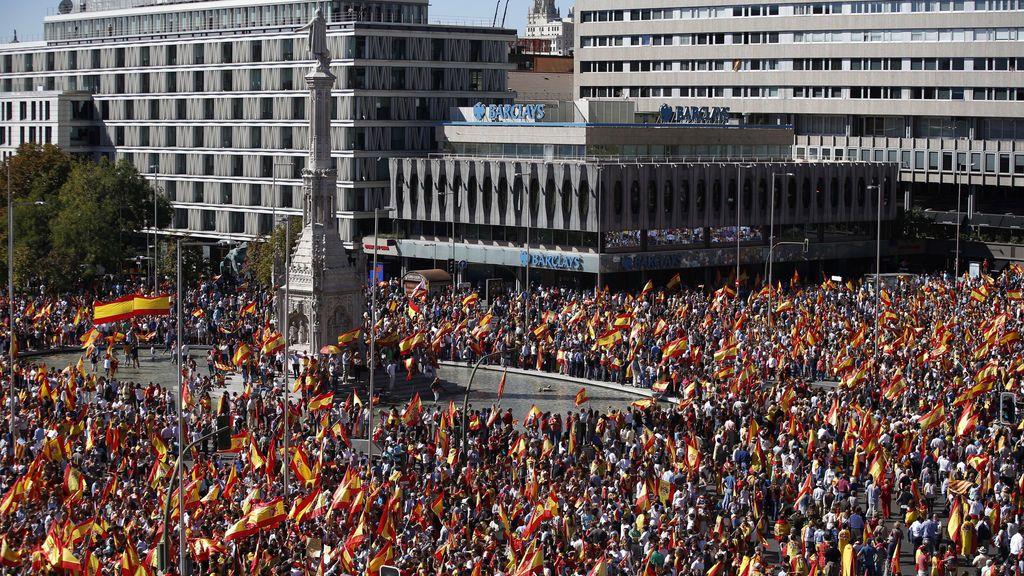 Decenas de miles de personas defienden la nación española en la Plaza de Colón