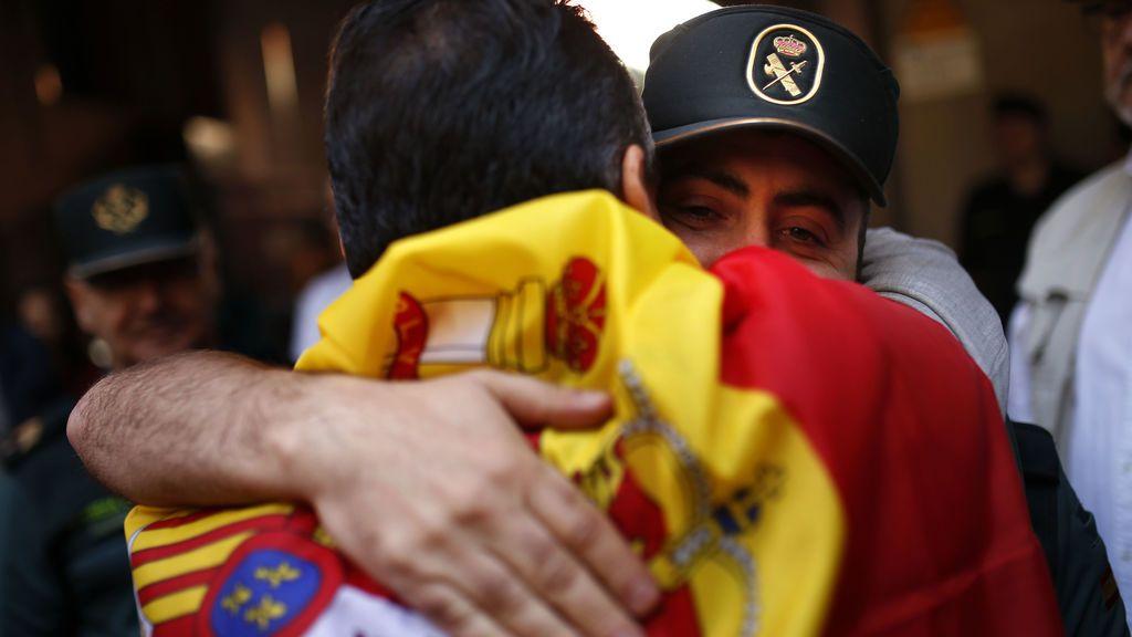 Los manifestantes por la unidad de España homenajean a la Policía
