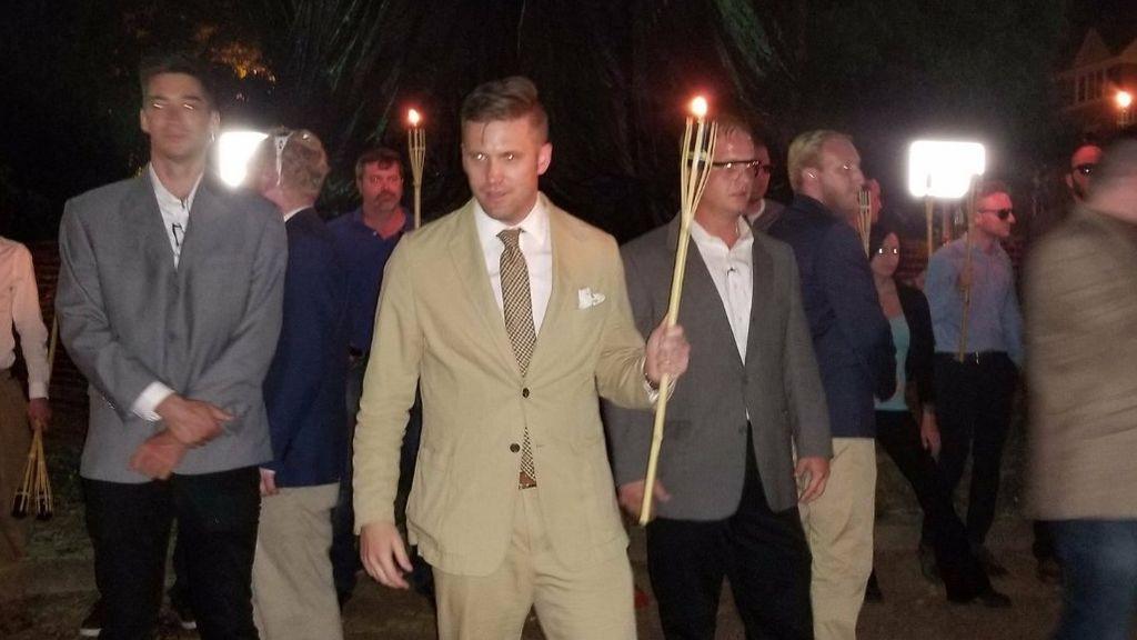Supremacistas blancos regresan con antorchas a Charlottesville, EEUU