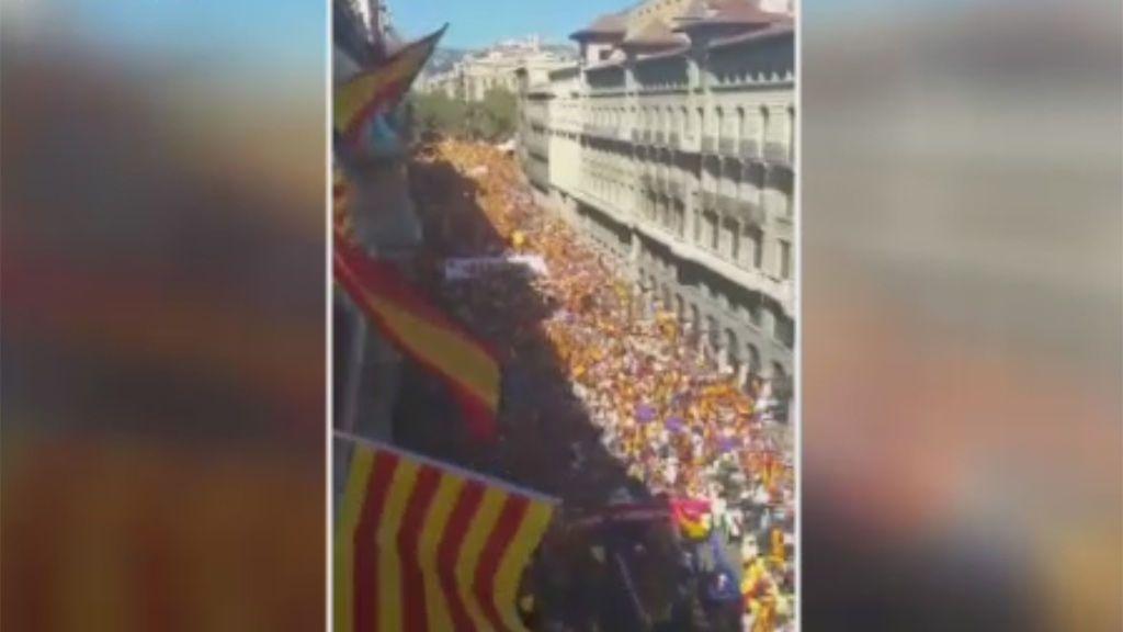"""""""Un mar de personas"""", en la manifestación de Barcelona en defensa de la unidad"""