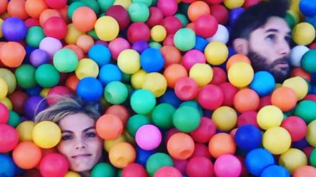 Amaia Salamanca y Rudy Fernández, como niños: piscina de bolas, cumpleaños y emojis para pixelar