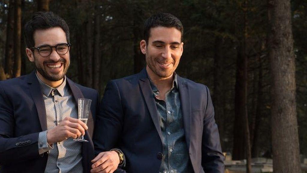 Los actores Miguel Ángel Silvestre (Lito Rodríguez) y Alfonso Herrera (Hernando), en una escena de la segunda temporada de 'Sense8', de Netflix