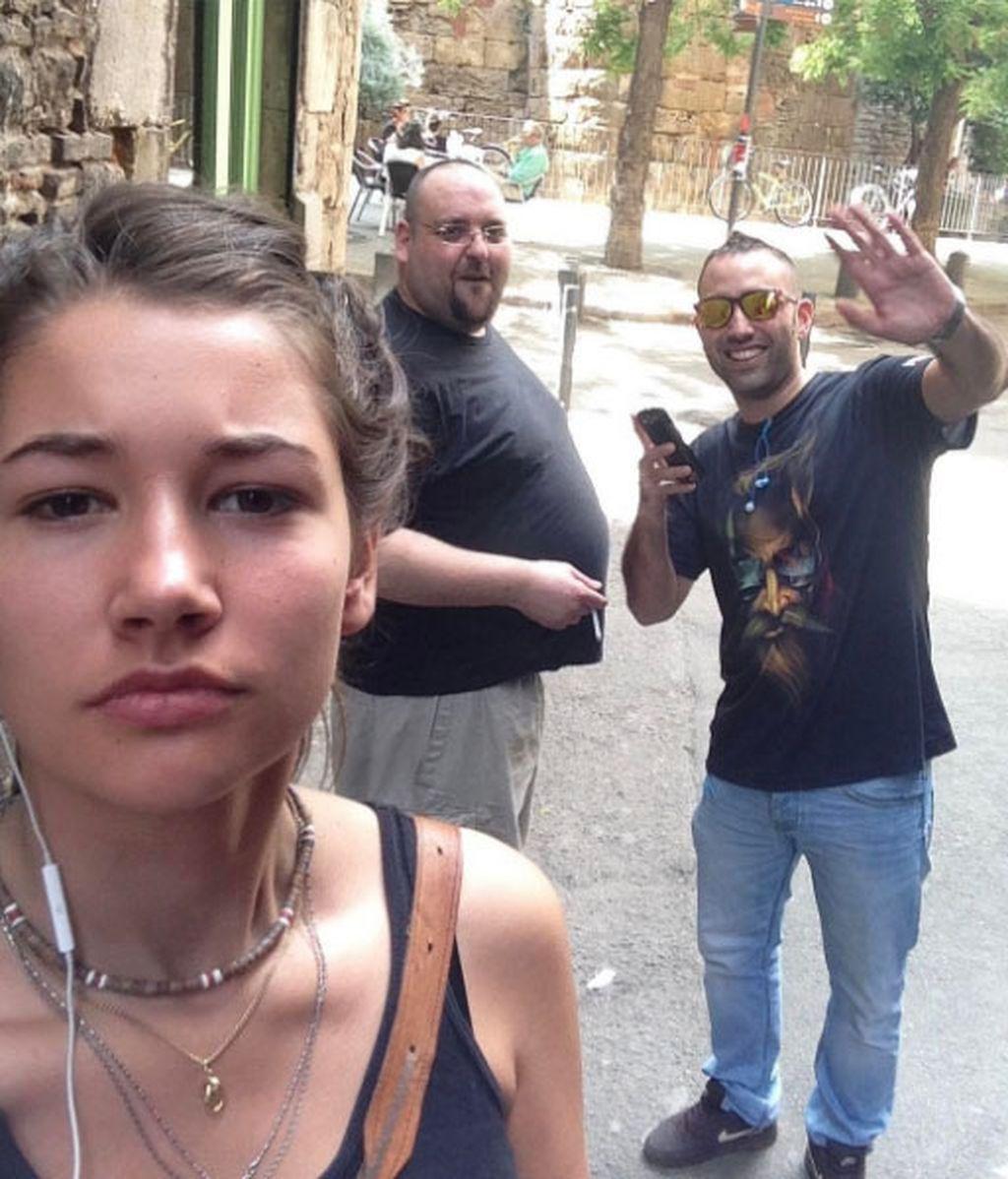 Una chica se hace fotos con sus acosadores para denunciarles públicamente