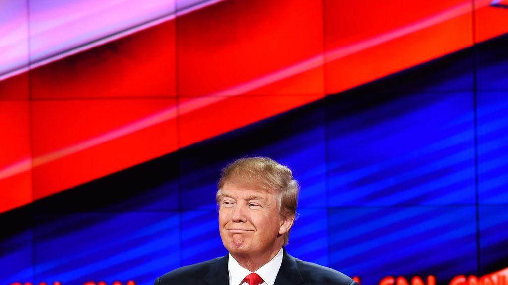 Donald Trump, presidente de los Estados Unidos, con el logo del canal CNN a sus espaldas