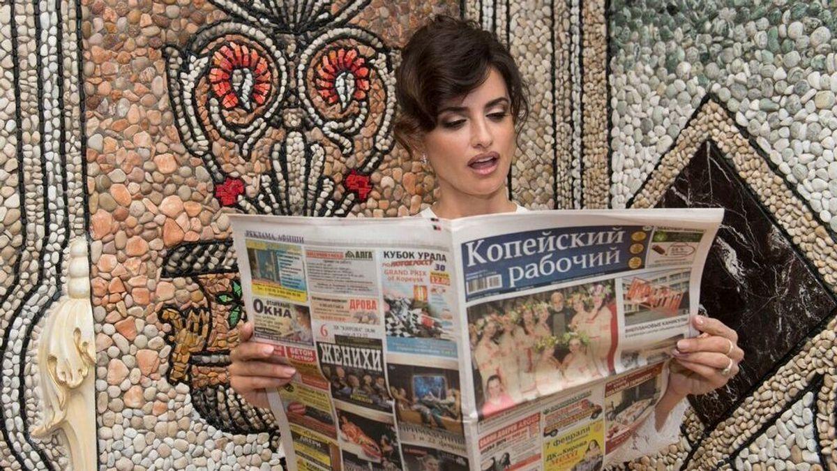 Famosos leen un periódico ruso desconocido