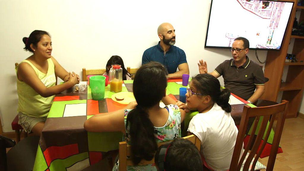 Álvaro conoce a una familia 'tradicional': un padre, una madre y 8 hijos