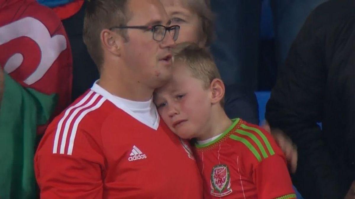 Un niño llora desconsoladamente tras la eliminación de Gales