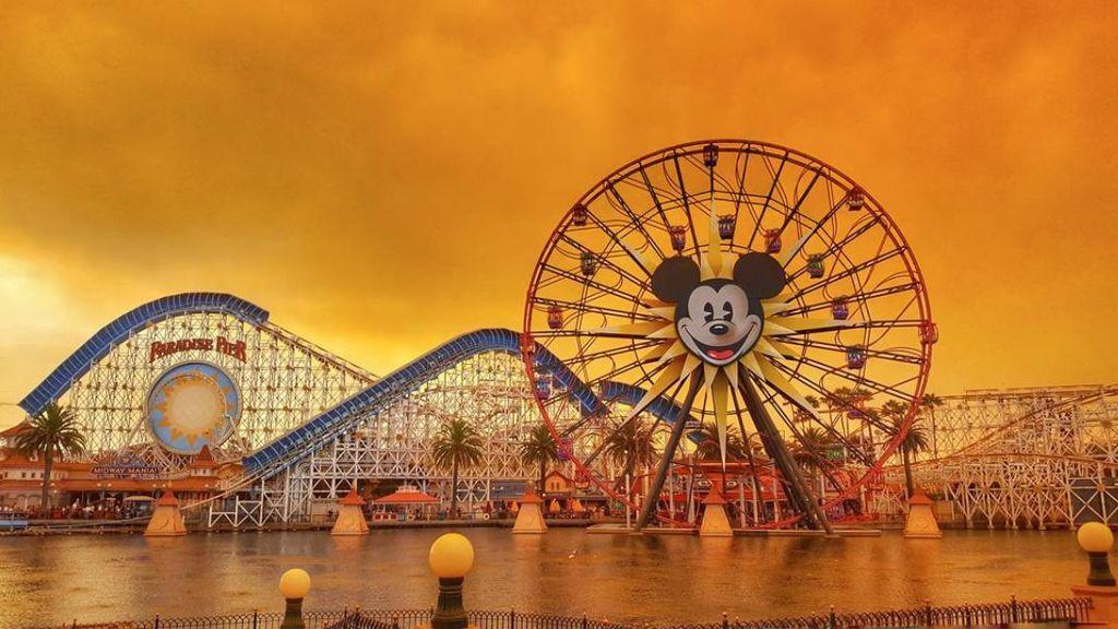 Primero fue el Irma, ahora los incendios: Disneyland vuelve a estar en peligro