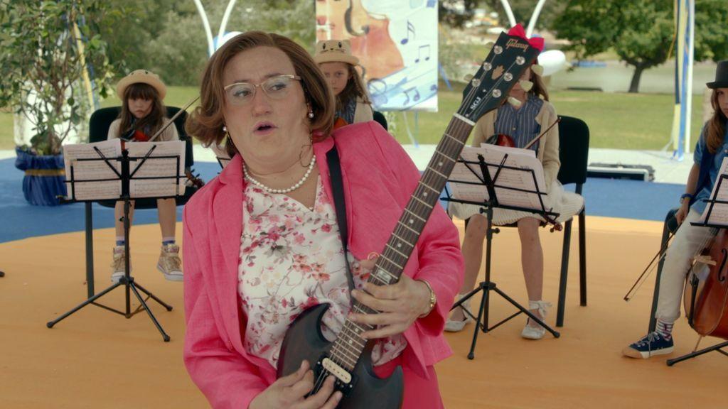 La polémica actuación de Avelina y sus alumnos en el festival interescolar
