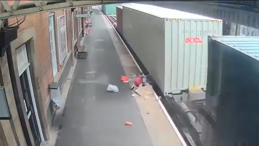 Un tren destroza el carrito de un bebé tras un descuido de la madre