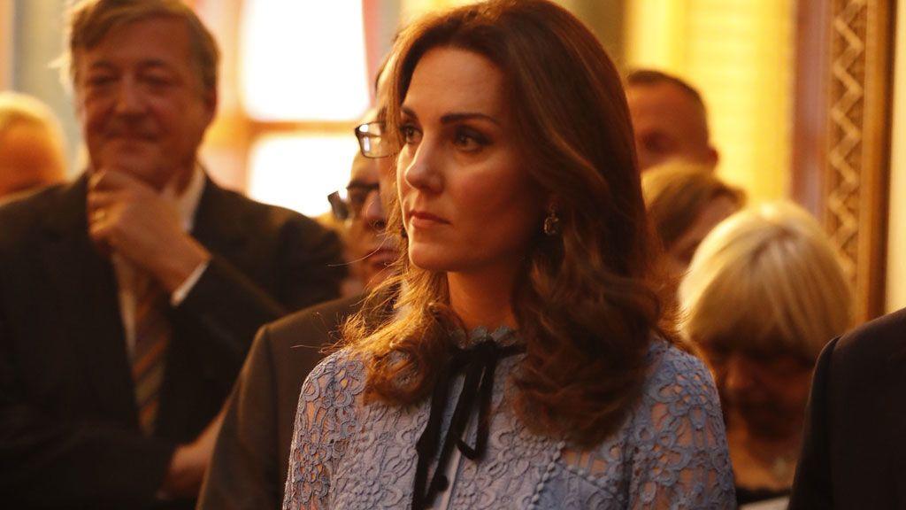 Luciendo tripita y con vestido de 1.000 euros: la primera aparición pública de Kate Middleton embarazada