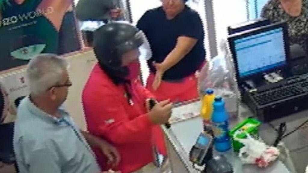 Unos clientes frustan un atraco a punta de pistola en una perfumería