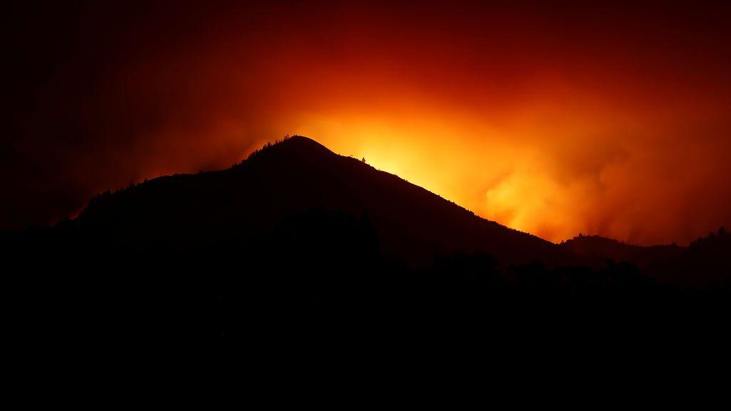 Una colina es silueteada por las llamas durante el fuego de las monjas en Kenwood en California