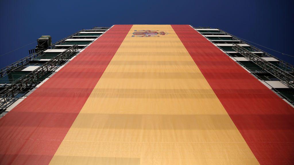 Cuelgan la bandera española más grande del mundo en un edificio de apartamentos en construcción en Madrid