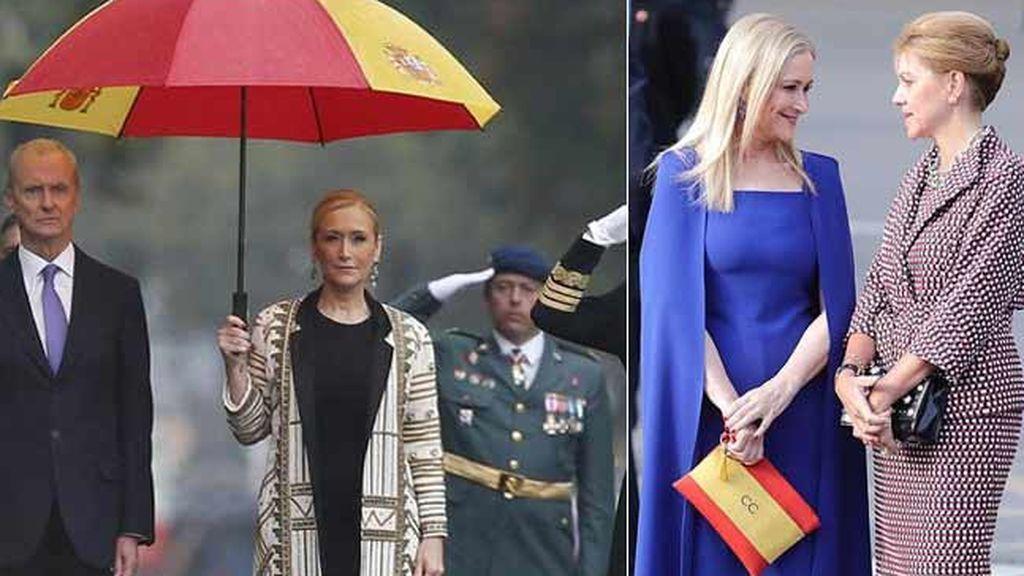 Cifuentes cambia el paraguas gigante del desfile del año pasado por un bolso con la bandera de España
