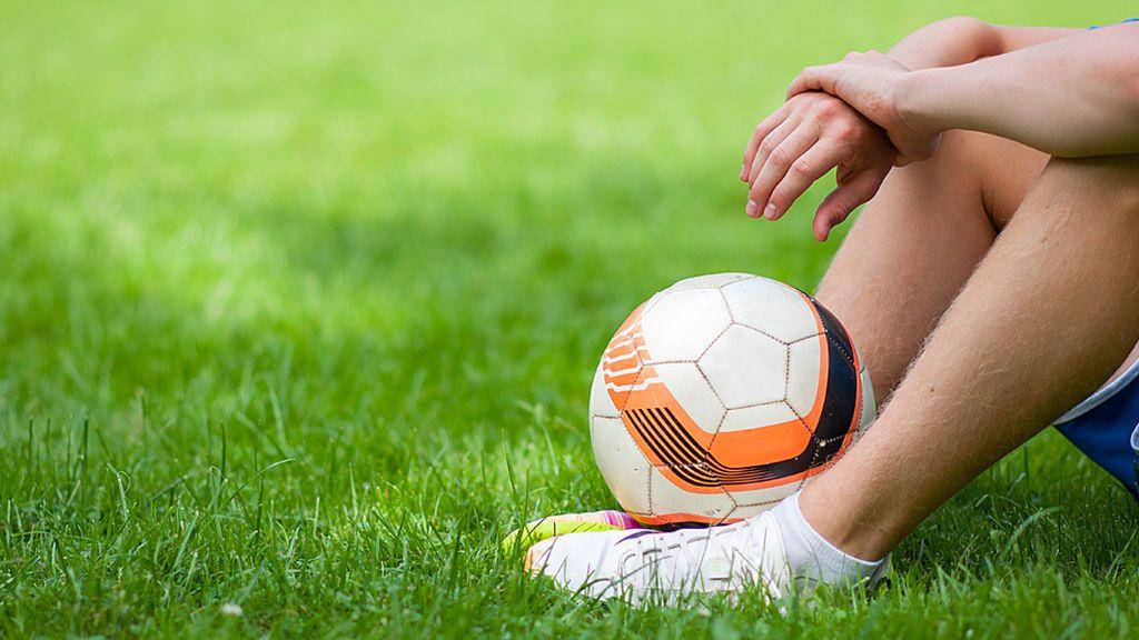 Fallece un joven de 18 años al desplomarse mientras jugaba al fútbol