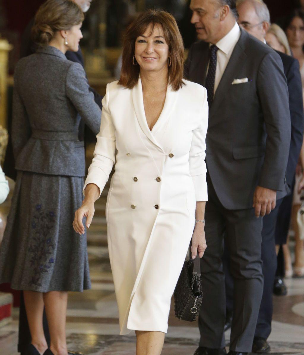 Ana Rosa, de blanco y muy sonriente