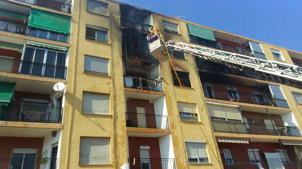Un muerto y cuatro heridos en un terrible incendio en Puçol, Valencia