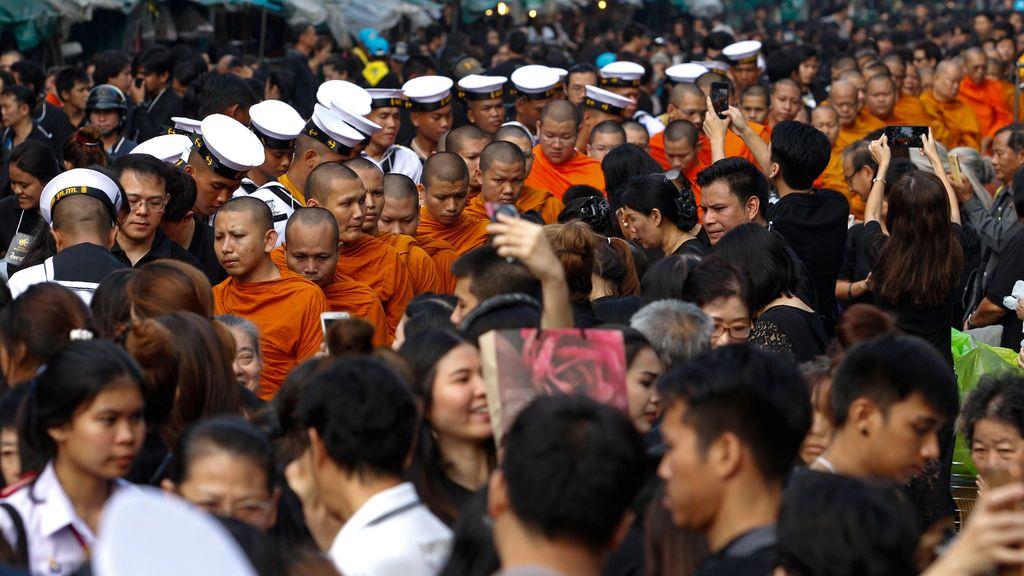 Los simpatizantes ofrecen limosnas a los monjes budistas para conmemorar el primer aniversario de la muerte del rey tailandés Bhumibol Adulyadej en el Hospital Siriraj de Bangkok, Tailandia