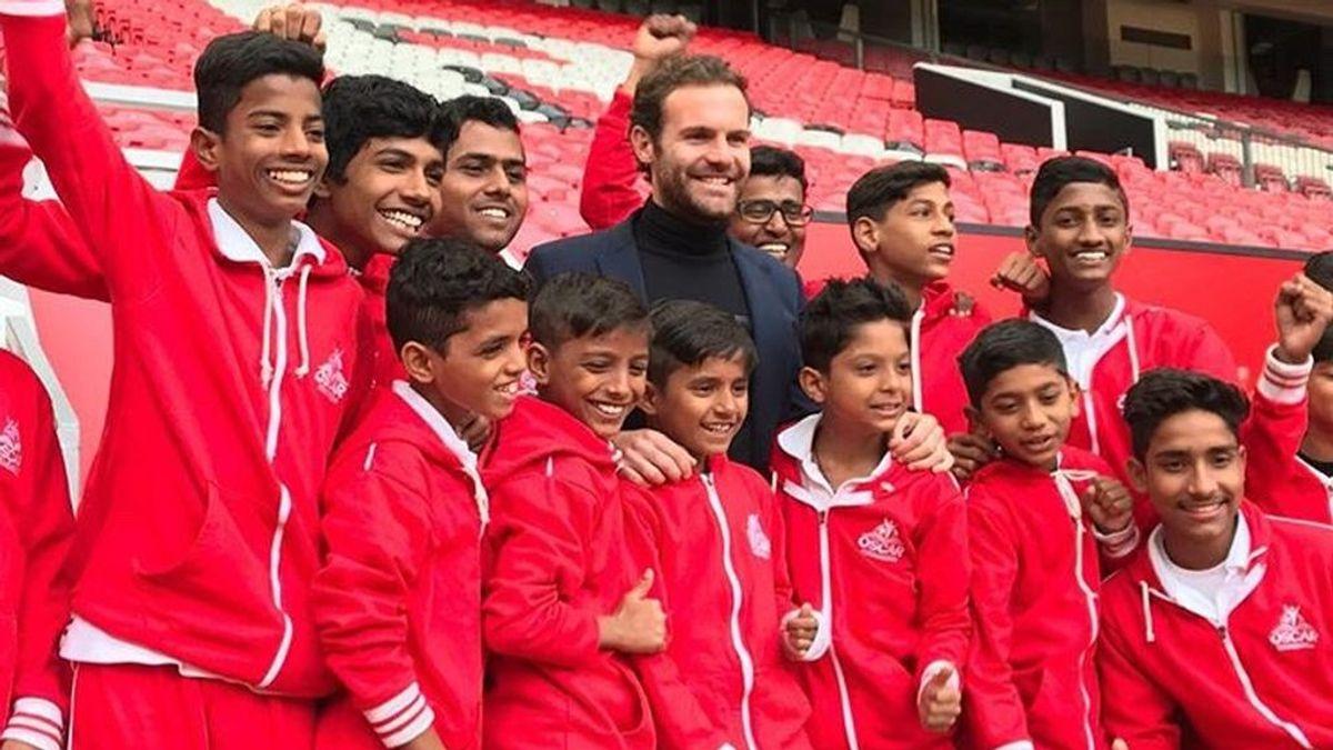 Juan Mata invita a niños desfavorecidos a visitar Old Trafford