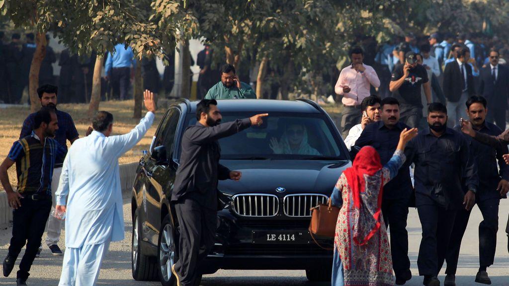 Maryam Nawaz, hija del derrocado primer ministro paquistaní Nawaz Sharif, sale del vehículo cuando llega a un tribunal de rendición de cuentas en Islamabad, Pakistán