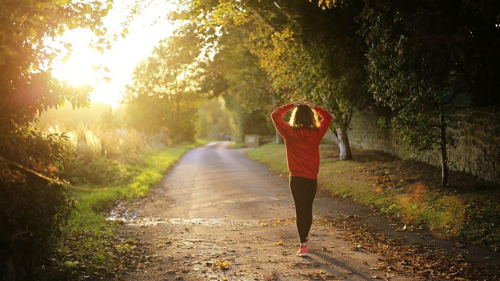 Los beneficios que reporta caminar a diario