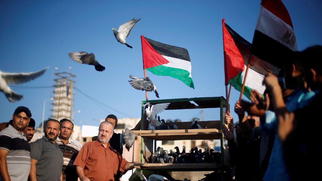 Gente libera palomas durante un evento para mostrar apoyo a un acuerdo de unidad entre las facciones palestinas rivales de Hamas y Fatah