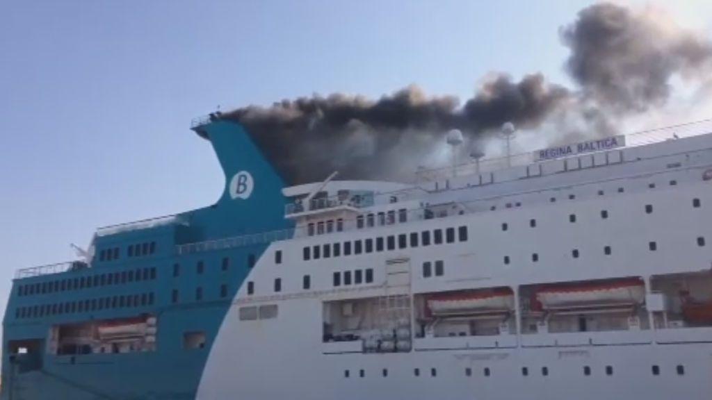 El incendio en un ferry en Valencia obliga a desalojar a 400 pasajeros