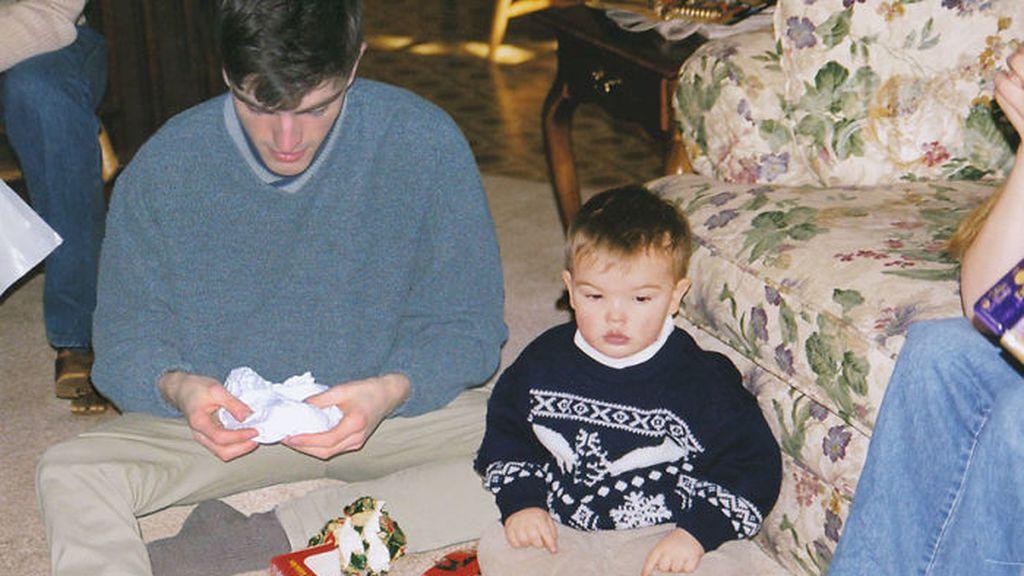 Este joven se reencuentra con él mismo de niño en sus fotografías