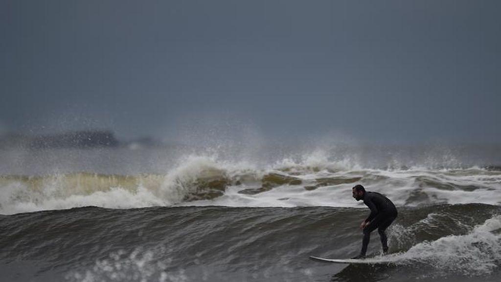 Un poco de surf a la espera del huracán Ofelia