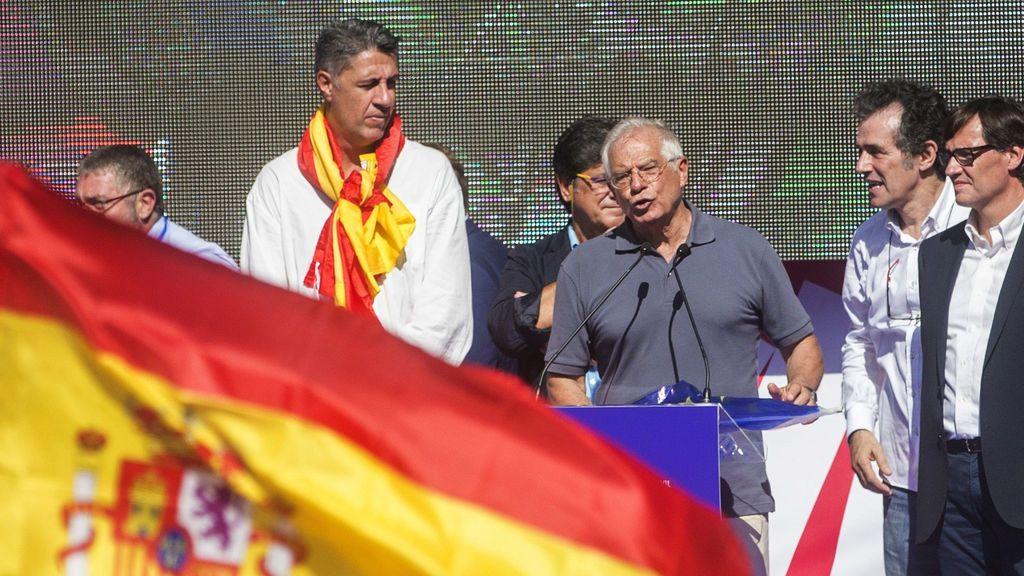 """Borrell acusa a Puigdemont de """"falsear"""" la realidad y le pide que convoque elecciones autonómicas"""