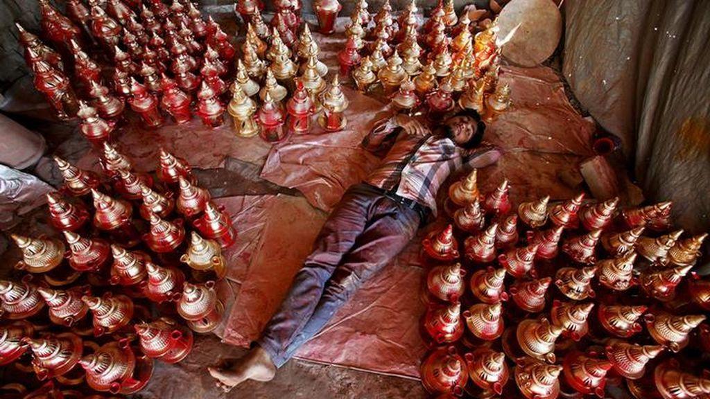 Lámparas para decorar la ciudad en el festival hindú de Diwali