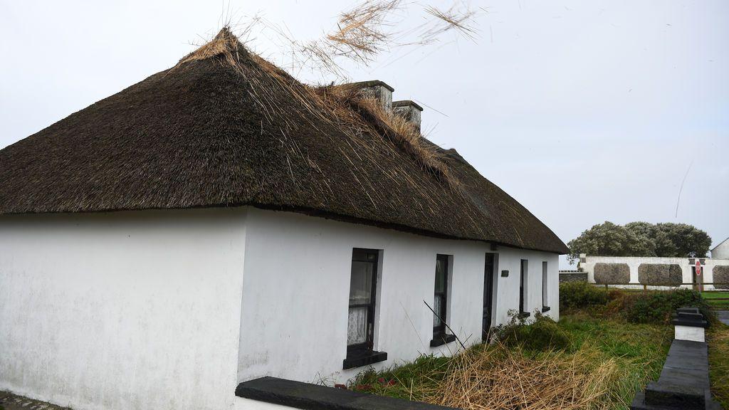 El tejado de una casa empieza a desprenderse debido a los fuertes vientos