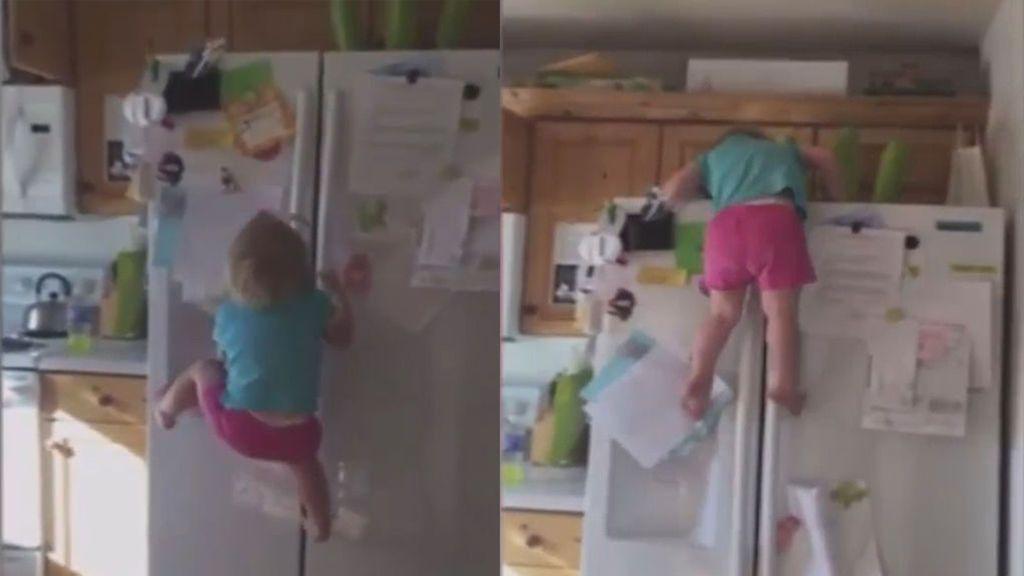 La niña 'Spider-Man': con tan solo dos años trepa por el frigorífico de su casa