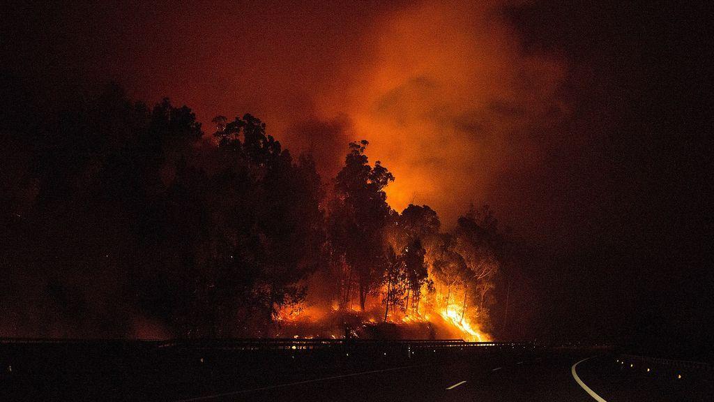 El terror de una pareja rodeada por las llamas en su coche: ¡Fuego, Dios esto es horrible!