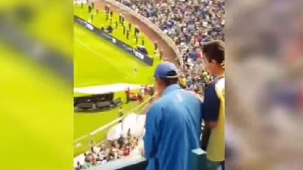 ¡Más hinchas como éste, por favor! Le narra un gol a un invidente del equipo rival y ésta es su reacción