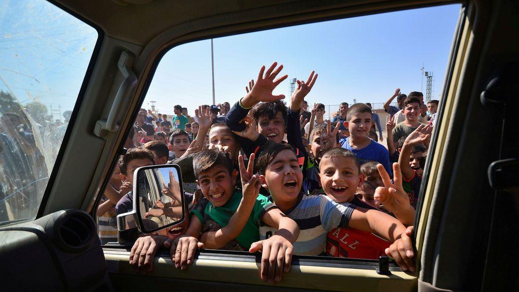 Niños iraquíes reciben a los miembros de las fuerzas de seguridad
