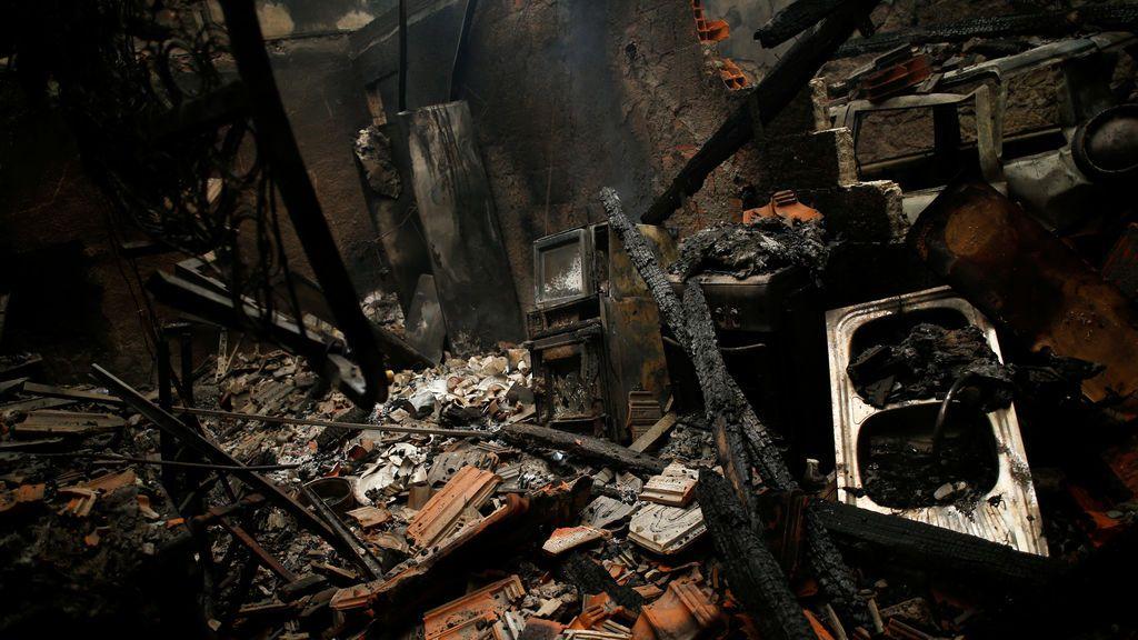 Restos de una casa arrasada por las llamas en Vila Nova, Portugal