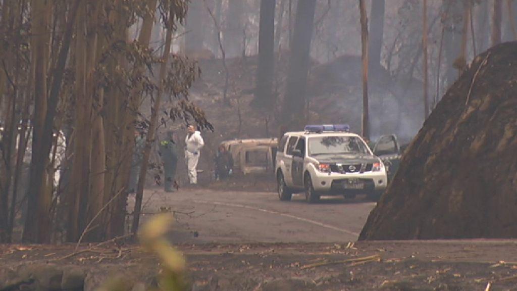 Levantamiento de los cadáveres de las dos primeras víctimas de los incendios en Galicia