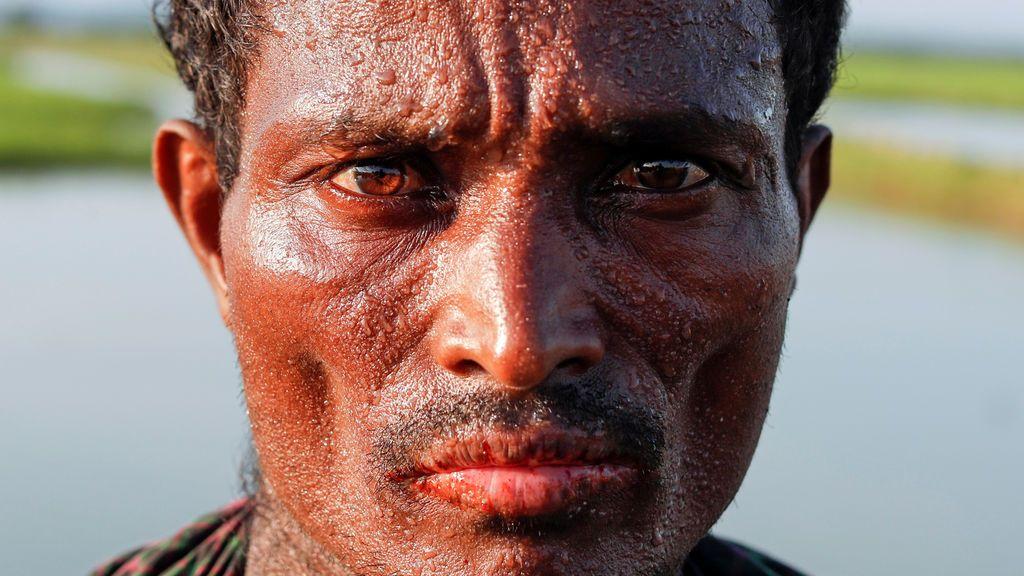 Un refugiado Rohingya posa después de haber cruzado la frontera con Myanmar